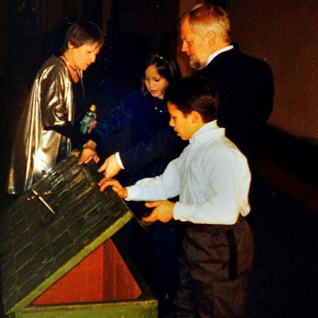 GT 1999 Millenienatt Stadshuset & Kungen Stadshuset Barnens skattskista med barnen och kajsa och sam 7cm 300dpi