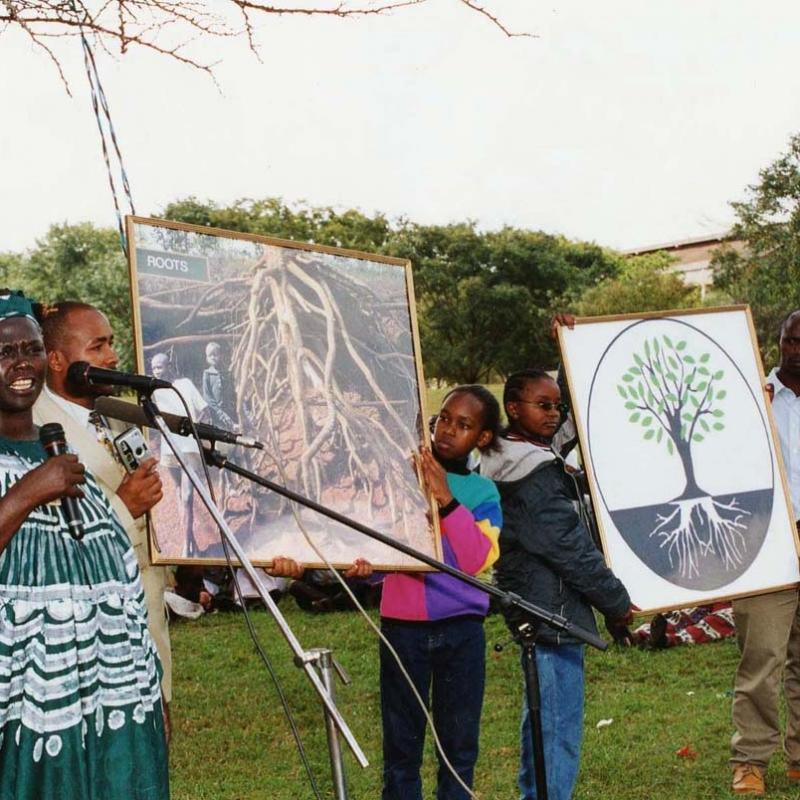 Afrika 2003-04 UN VIP Maathai med 2 bilder